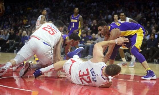 Basket, Nba: cadono Golden State e Boston, Harden trascina Houston