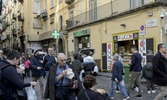 A San Gregorio Armeno più pizze e meno presepi: lo street food si mangia i pastori