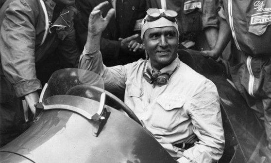 1950, Silverstone. Nino Farina conquista il primo gran premio mondiale su un podio che si tinge tutto dei colori dell'Alfa Romeo. Quell'anno al Biscione vanno sei gare su sette.