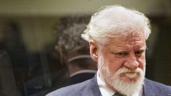 Suicidio al tribunale dell'Aia durante processo, ex leader Bosnia si avvelena