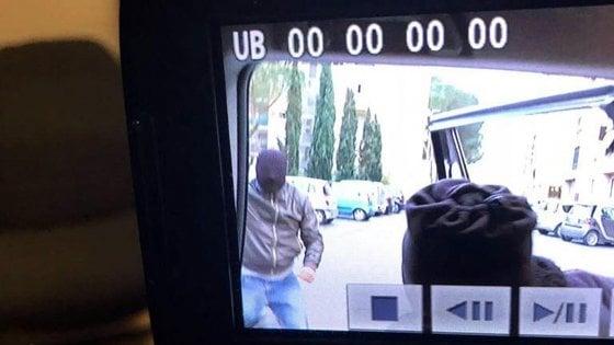 Brumotti di Striscia di nuovo aggredito durante un servizio a Bologna