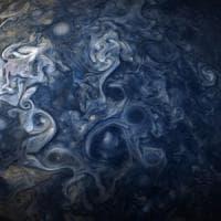 Giove in blu: le pennellate di colore sulle nubi fotografate da Juno