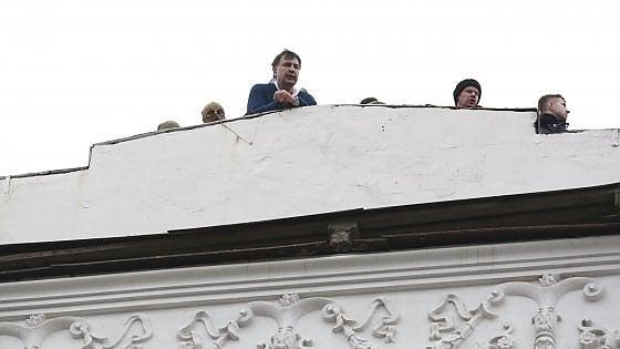 Dal tetto alle manette e infine liberato dai sostenitori: la saga dell'ex presidente georgiano