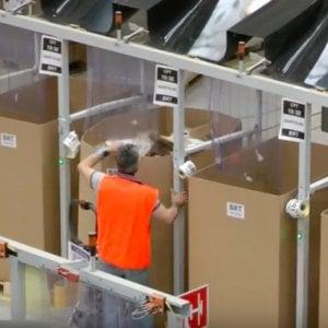 Amazon, lavoratori alla catena di spedizione