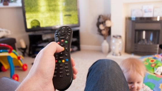 Dal binge watching allo sneaking: come guardano la tv mamma e papà