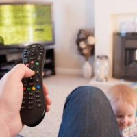 Dal binge watching allo sneaking: come guardano la tv mamma e papà