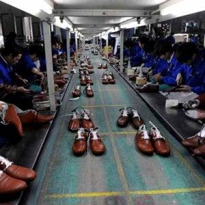 """Scarpe, """"Diteci chi le fabbrica"""": consegnate le firme della petizione ai marchi delle calzature"""