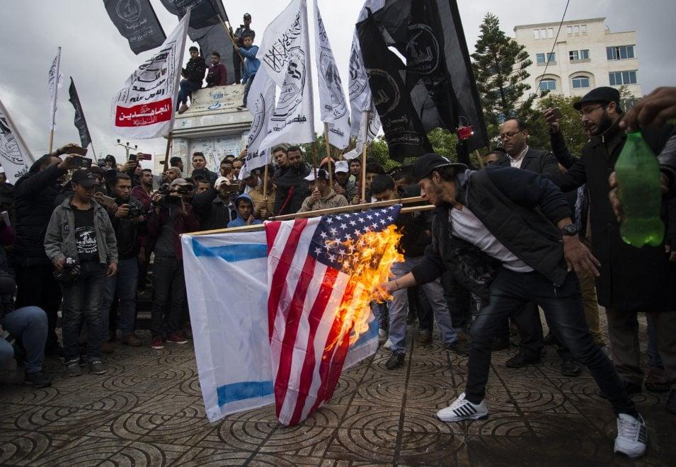 Gerusalemme capitale, bandiere Usa e israeliane in fiamme a Gaza