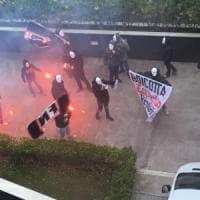 Blitz fascista sotto Repubblica. Militanti di Forza Nuova a volto coperto lanciano...