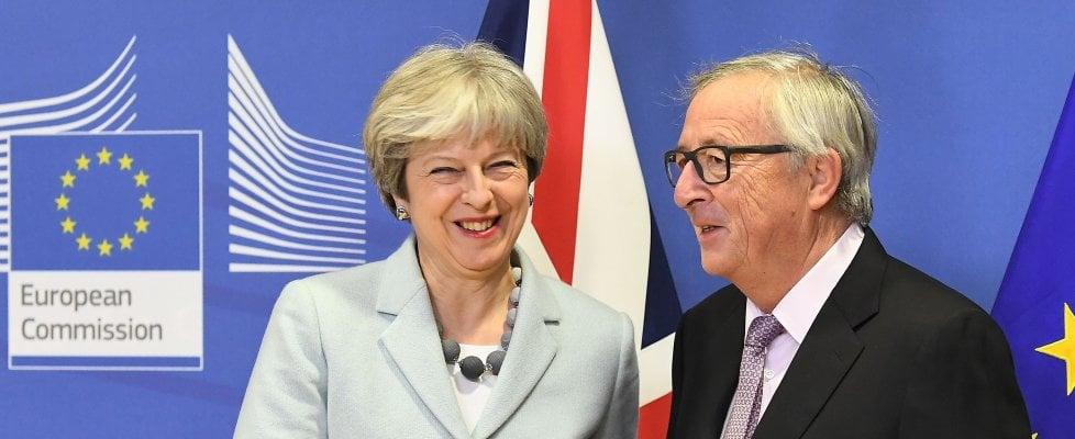 """Brexit: Ue, c'è l'accordo. Juncker: """"Negoziato difficile, sono soddisfatto"""". May: """"Lavorato duro"""""""