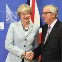 """Brexit: Ue, c'è l'accordo. Juncker: """"Negoziato difficile, sono soddisfatto"""". May:..."""