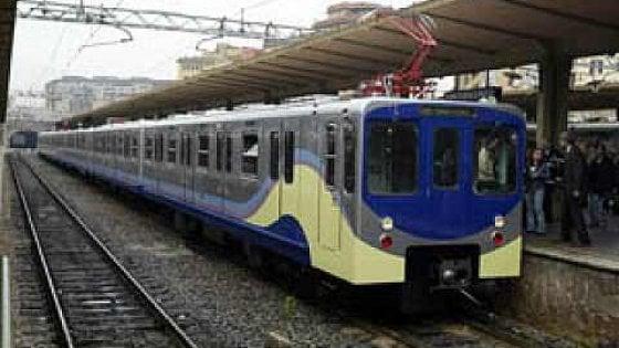 Viaggi da incubo: la Roma-Lido al primo posto delle 10 linee ferroviarie peggiori d'Italia