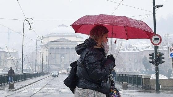 Neve, ghiaccio e vento: disagi sulle strade e nei collegamenti ferroviari