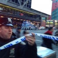 New York, esplosione alla stazione bus a Manhattan. Arrestato l'attentatore,