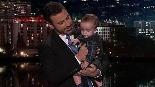 """Jimmy Kimmel in tv con il figliodopo l'operazione: """"Papà piange"""""""
