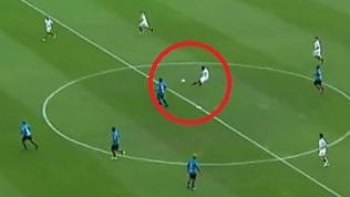 Ronaldinho, talento inesauribile:splendido gol da metà campo