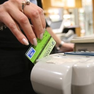 Bancomat e carte, scendono i costi ma non per i commercianti