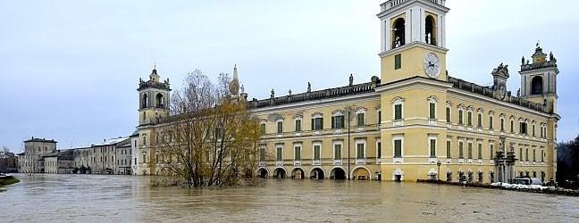 Piano terra, cortile e giardino della Reggia di Colorno invasi dalle acque del torrente Parma (foto di M.Vasini)