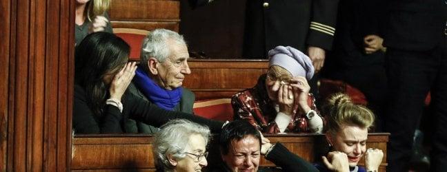 Emma Bonino in lacrime all'approvazione della legge. Con lei Mina Welby