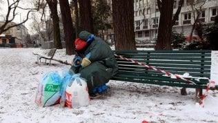 Clochard affitta box per ripararsi dal gelo ma gli altri inquilini del fabbricato lo mandano via