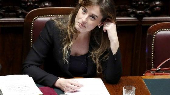 """Banca Etruria, M5S: """"Boschi ha mentito al Parlamento"""". Lei contrattacca: """"Niente pressioni. Vegas mi invitò a casa sua, ho un sms"""""""