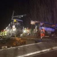 Francia, la carcassa dello scuolabus travolto dal treno