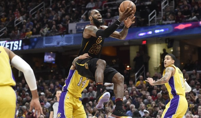 Basket, Nba: James come Bird e Cleveland vola, male Belinelli e Atlanta ko
