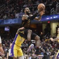 Basket, Nba: James come Bird e Cleveland vola, male Belinelli e Atlanta ko