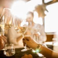 Se beviamo più vino potrebbe essere colpa dei bicchieri.