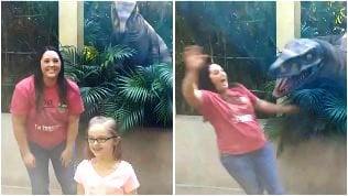 Foto ricordo con urlo: la mamma terrorizzata dal dinosauro
