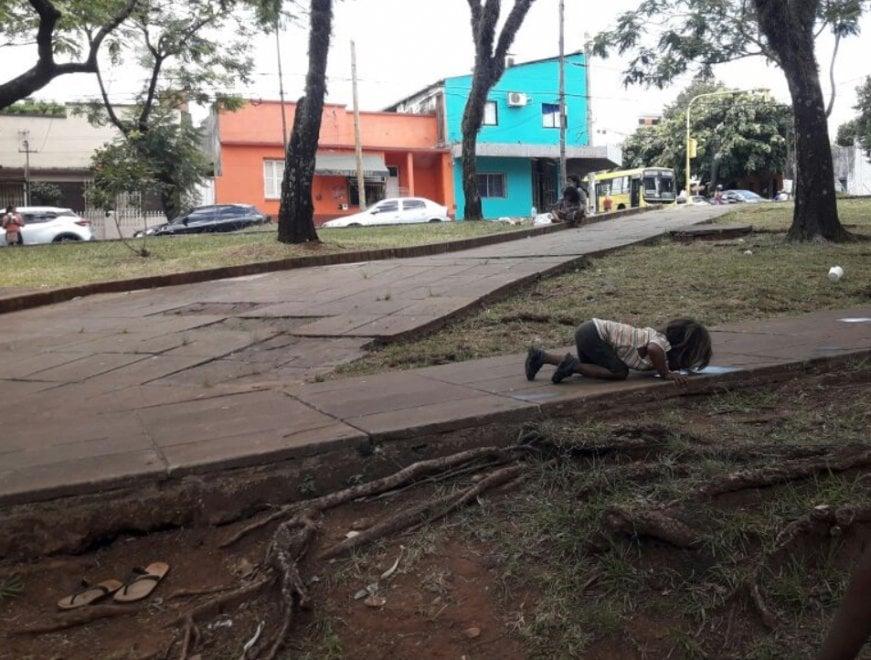 Argentina, la foto simbolo dei bimbi dimenticati: la piccola beve da una pozzanghera