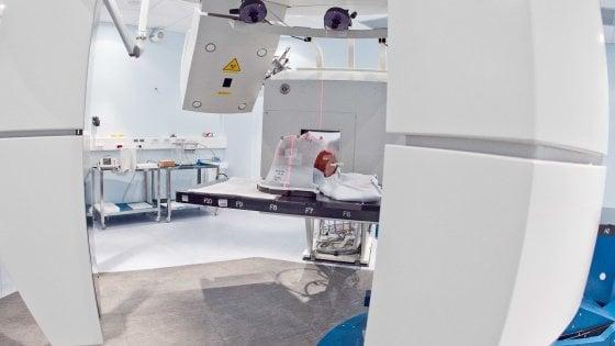 Tumori ossei, in Italia il primo studio clinico al mondo che confronta adroterapia e chirurgia