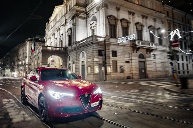 Milano, sotto l'albero spunta l'Alfa Romeo Stelvio Quadrifoglio