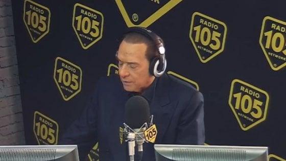 Berlusconi legge le risposte senza sapere di essere anche in video: intervista boomerang a Radio 105