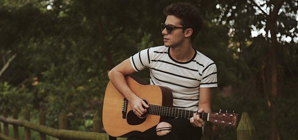 Chi è Ruggero Pasquarelli, il cantante italiano più seguito sui social: batte Fedez e Vasco