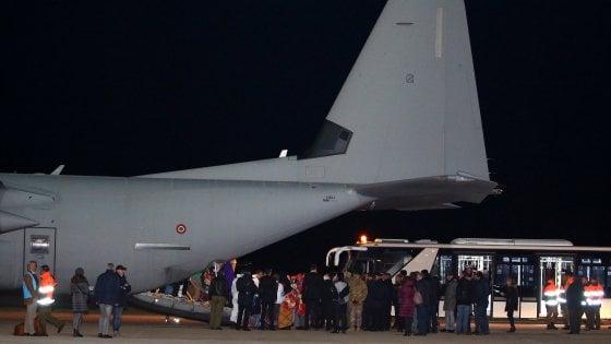 Migranti, primo corridoio umanitario: atterrano in 162 a Roma su volo militare dalla Libia