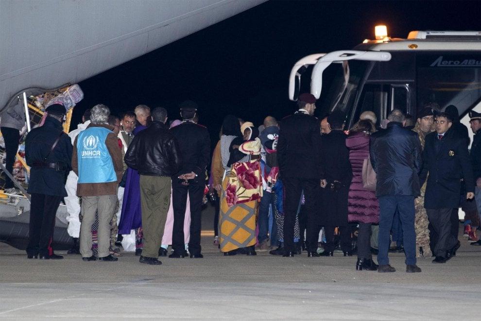Migranti il primo sbarco del corridoio umanitario: 162 atterrano a Roma dall'aereo militare