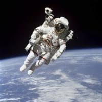 Addio a Bruce McCandless: fu il primo uomo a fluttuare libero nello spazio