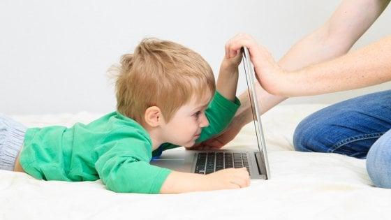 Bambini, la dipendenza da tablet non è solo questione di ore