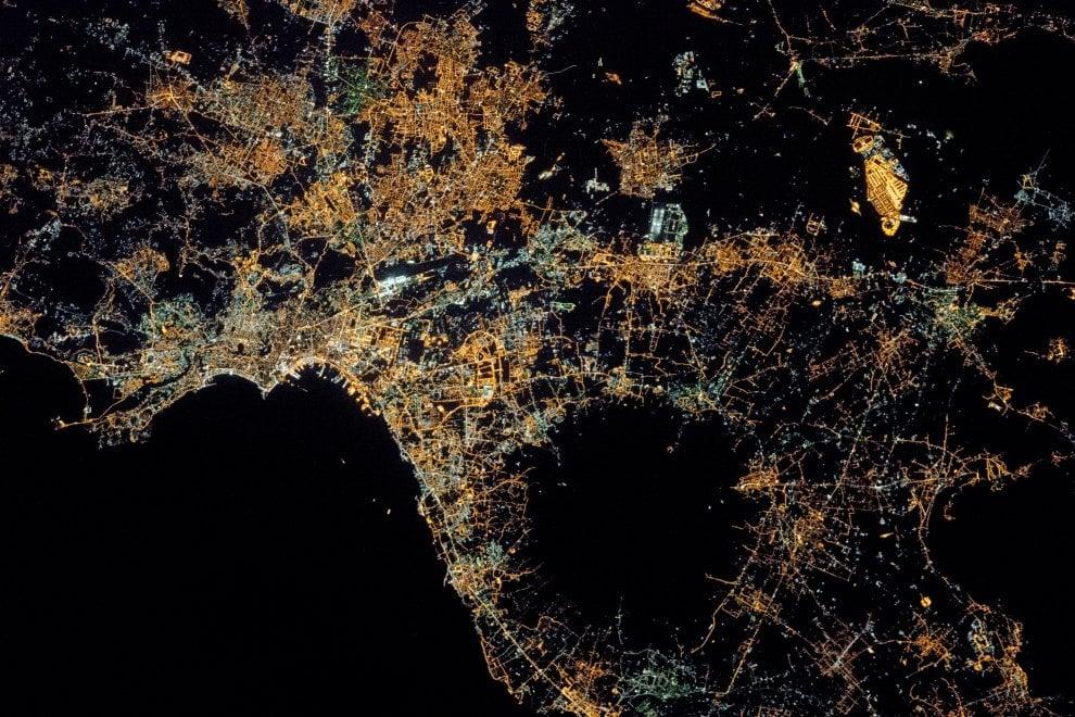 Napoli dalla Iss: spettacolo di luci attorno al Vesuvio