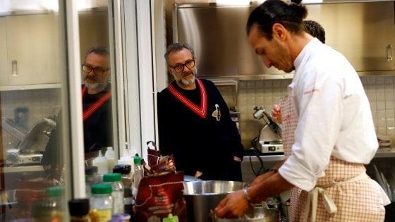 """Bottura apre un refettorio per i poveri anche a Parigi: """"Cucinare è un atto d'amore"""""""