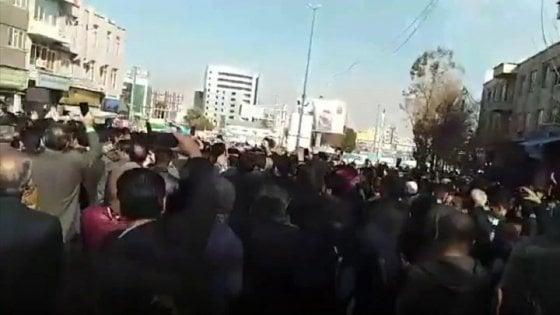 """Iran, scontri in proteste contro il governo: vittime tra i manifestanti. Trump avverte: """"Il mondo vi guarda"""""""