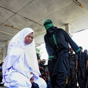 Sudan, attivista per i diritti umani arrestata per abbigliamento indecente: rischia 50 frustate ?