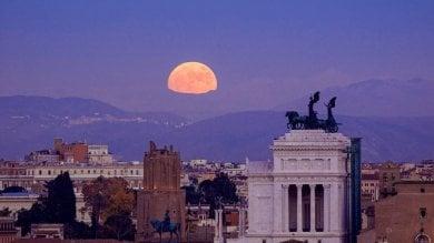 """La """"Superluna"""" illumina il Capodanno,  da ammirare al tramonto del 1 gennaio"""