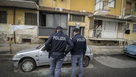Napoli, dodicenne affacciato al balcone ferito da un colpo di pistola durante una 'stesa'