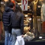 Le spese degli italiani: in dieci anni tagliati vestiti e scarpe
