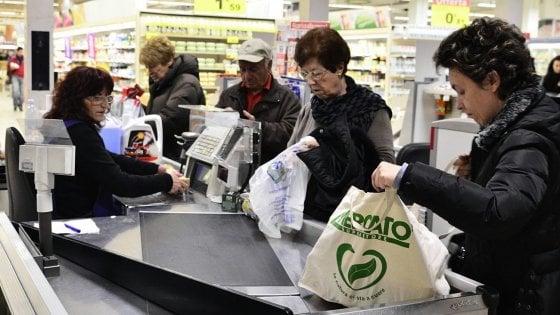 """Sacchetti bio, ira dei consumatori sui social. Ma per Galletti è """"un atto di civiltà"""""""