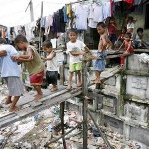 Manila, le volontarie cattoliche al servizio dei senzatetto che vivono nei loculi