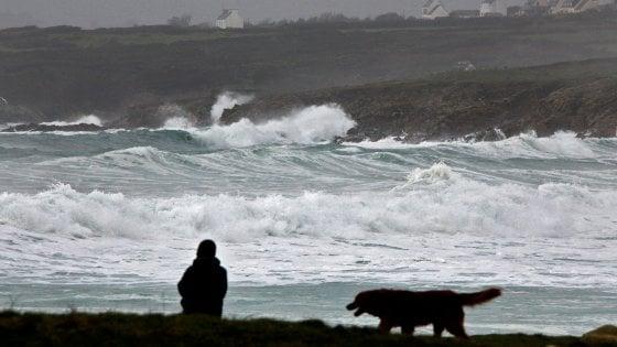 La tempesta Eleanor flagella il Nord Europa: un morto e 15 feriti. Molti danni e disagi al traffico aereo