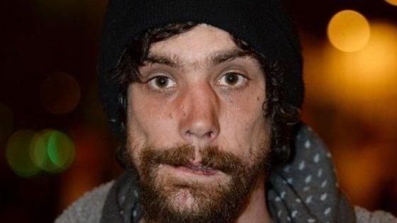 """Attentato Manchester,  il 'senzatetto eroe' ora ammette: """"Ho rubato alle vittime"""""""